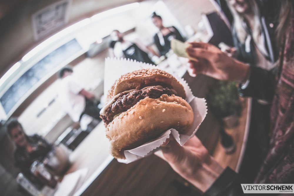 Oßkar & Co. - The Burger Bakery aus Weißenhorn bietet neben leckeren Burgern auch verschiedene Beilagen wie Pommes, Wedges oder Krautsalat an.